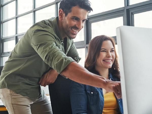 Uomo e donna lavorano al computer