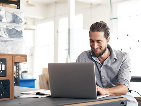 Uomo lavora al laptop