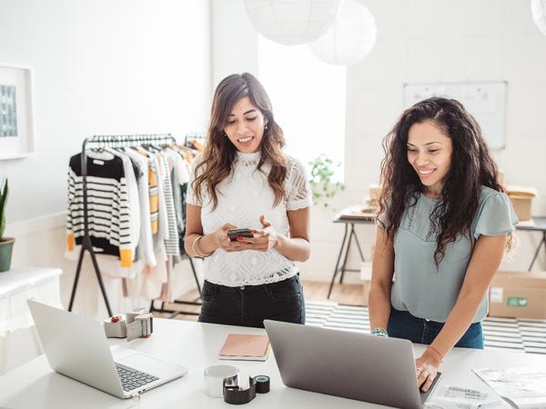 Due donne lavorano nel loro negozio