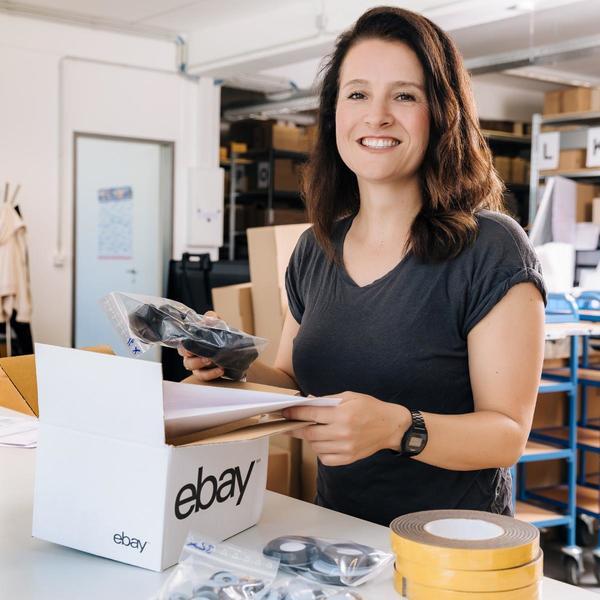 Donna sorridente con pacco eBay