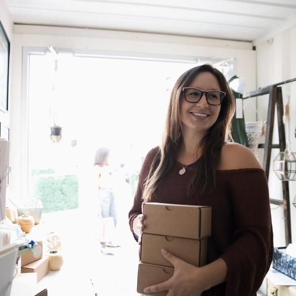 Donna sorridente in negozio