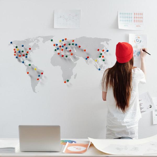 eBay-Verkäuferin vor der Weltkarte