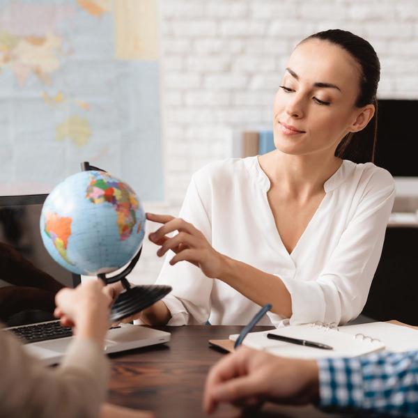 Donna che guarda il globo terrestre