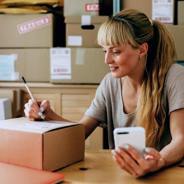 eBay-Händlerin bereitet Paket vor