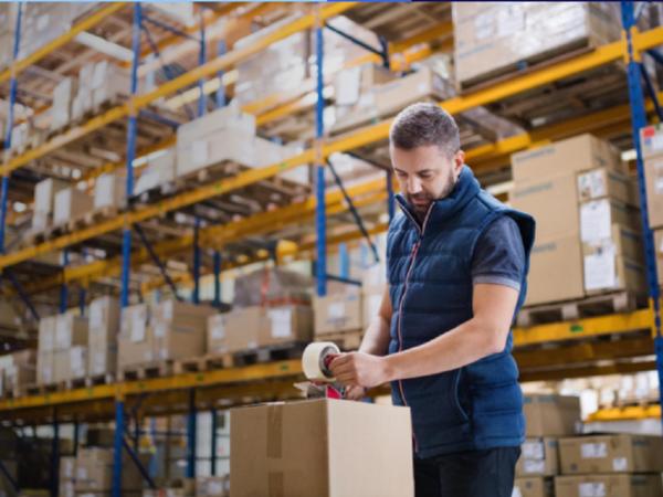 Logistiker bereitet Paket vor