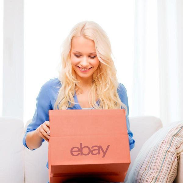 Konsumentin mit ungeöffnetem eBay-Paket